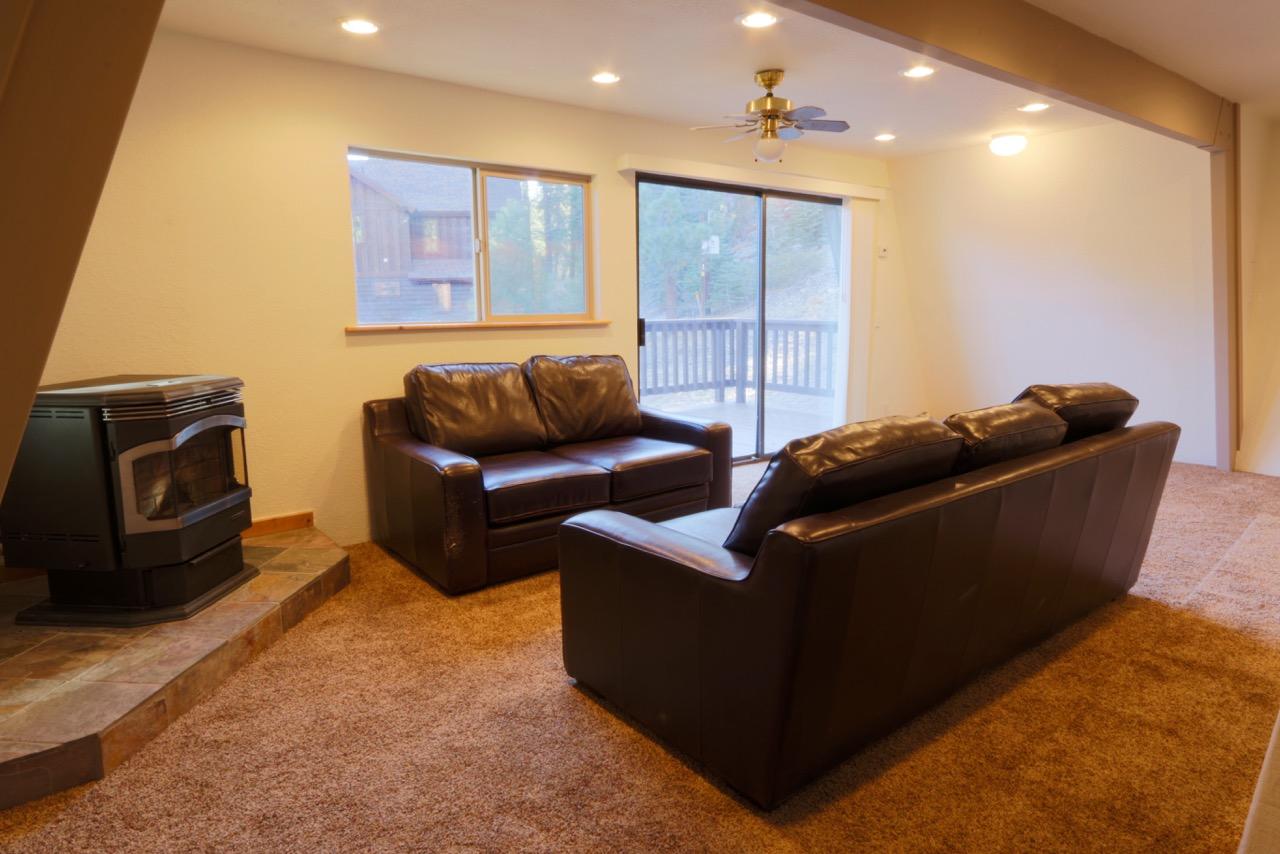 1682 Forest Lane.living room